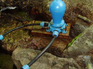 Väderpumpen pumpar vatten
